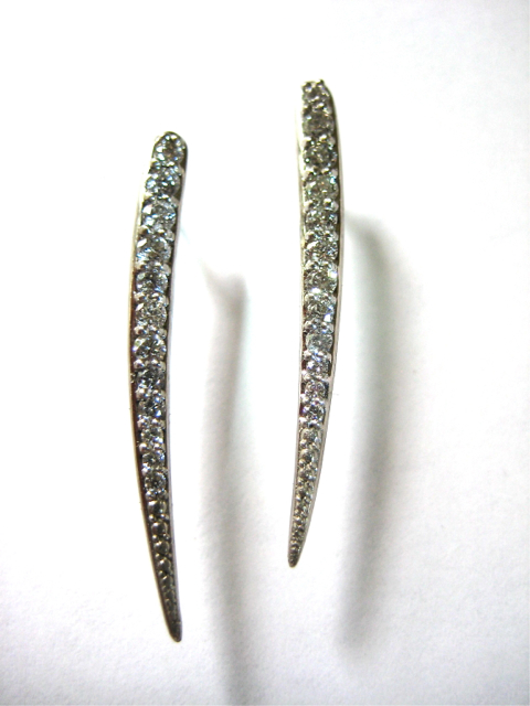 Quill earrings of Palladium and Silvermist Diamonds TM